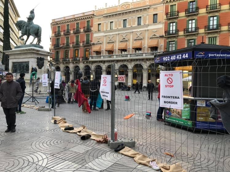 Un moment de l'acció al carrer, amb la plaça Prim convertida en frontera